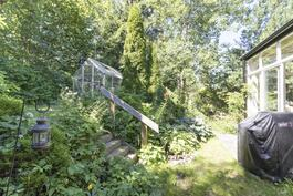 ihana puutarha talon takana