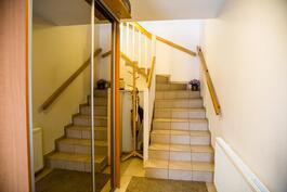 Yläkertaan menevät portaat