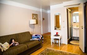 Alakerran makuuhuone, josta käynti taloyhtiön yleisiin tiloihin