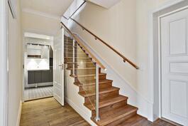 Portaat asunnon ullakkokerrokseen/ yläkertaan/ Trapporna till övre våningen.