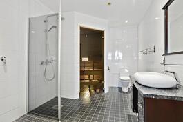 Ylellinen kylpyhuone/ Lyxigt badrum.