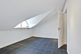 Tämän tilan voisi sisustaa vaikka kodinhoitohuoneeksi/ pukuhuoneeksi.