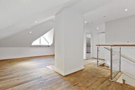 Yläkerrassa mahtavan avaria tiloja/ Öppna, stora rum i vindsvåningen.