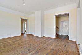 Huonekorkaus asunnon alakerrassa n. 3,2 m/ Takhöjd ca. 3,2 m i lägenhetens första vån.