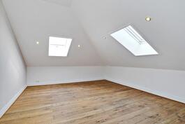Monessa huoneessa led-valot upotettuna kattoon.