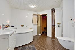Upea saunaosasto jossa iso amme/ fin bastuavdelning med stort badkar