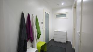 Käynti kylpy- ja kodinhoitohuoneeseen