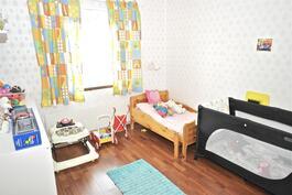 Kaartotien puoleinen makuuhuone