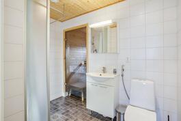 Kylpyhuone on laatoitettu
