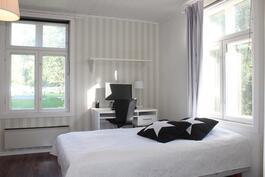Tilava makuuhuone - ikkunat kahteen suuntaan