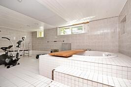 Uima-allashuoneesta tehty poreamme/harrastehuone