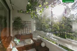 Aurinkoinen lasitettu parveke