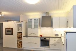 tunnelmallinen remontoitu keittiö, jossa mm. Leivi