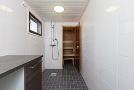 Saneerattu kylpyhuone, jossa pesukoneliitäntä