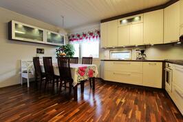 Tilavan täysin uusitun keittiön ruokailutila