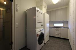 Erillinen kodinhoitohuone hyvän työtason kera