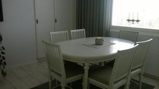 keittiön vieressä ruokailuhuone