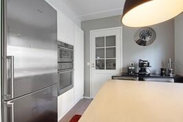 Keittiön yhteydessä on kodinhoitohuone.