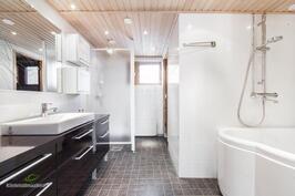 Alakerran kylpyhuone on uusittu v.2007.