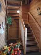 portaikko takkahuoneesta yläkertaan