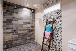 Saunatuvan kylpyhuone.