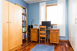 joka soveltuu makuuhuoneeksi tai työhuoneeksi.