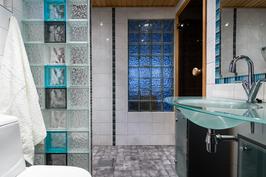 Kylpyhuone huokuu ylellisyyttä