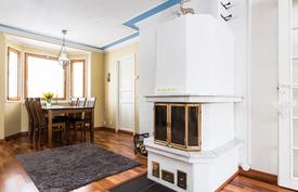Kaunis valkoinen takka on katseenvangitsija sekä helpottaa lämmityskustannuksissa.