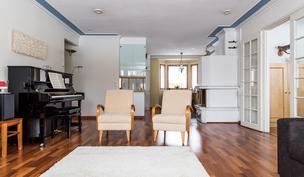 Keittiö ja olohuone on yhtenäistä tilaa.