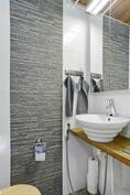 Kylpyhuoneen yhteydessä erillinen wc