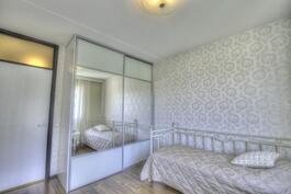 Ensimmäinen makuuhuone.