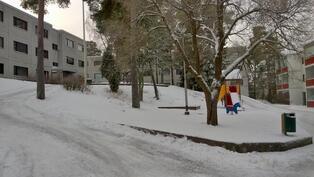 Vehreä pihapiiri, jossa myös lasten leikkipaikka