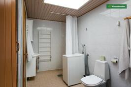 Kylpyhuone kattoikkunalla, wc ja käynti saunaan