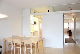 Olohuoneesta keittiön ja eteisen suuntaan