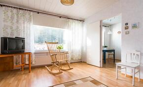 Olohuoneesta on käynti sekä keittiöön että takapihalle.