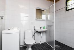 Remontoitu kylpyhuone.