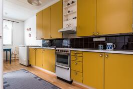Alkuperäisessä keittiössä on reilusti kaapistoja.