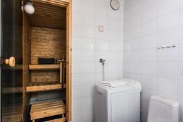 Kylpyhuoneessa on tilaa pesukoneelle.