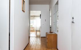 Näkymä eteisestä olohuoneen ja keittiön suuntaan.