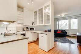 Keittiö ja olohuone ovat yhtenäistä tilaa