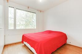 Pieniin asuinneliöihin on saatu yllättävän tilava makuuhuone jossa on myös hyvin kaappitilaa