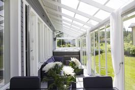 N. 20 m2 terasiilla on tilaa ruokapöydälle ja kalusteille