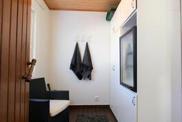 saunatilojen yhteydessä kiva pukkari missä mm. kylmiö saunajuomille.