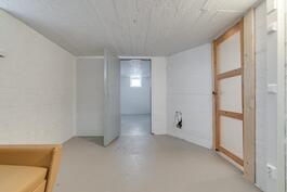 Pohjakerroksessa, huone, jossa takkavaraus