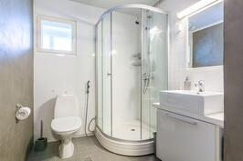 Alakerran wc/suihku