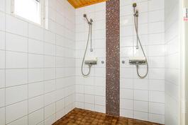 Kylpyhuoneessa rauhallinen värimaailma.