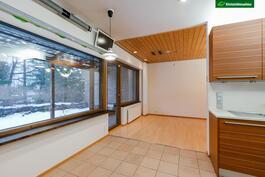 Olohuoneesta on käynti huoneiston levyiselle osittain lasitetulle terassiparvekkeelle