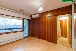 Päämakuuhuoneesta on käynti suoraan parvekkeelle, kylpyhuoneeseen sekä isoon vaatehuoneeseen