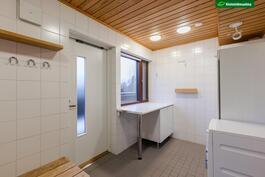 Pesuhuoneen yhteydessä on kodinhoitohuone