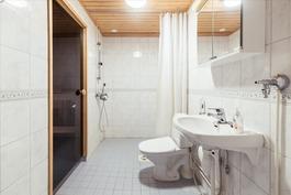 Tilava kylpyhuone, jonne esteetön kulku!